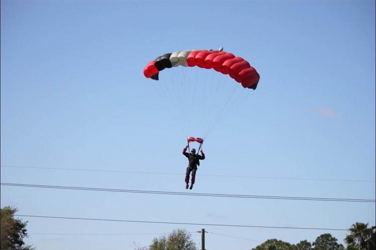 парашютист и самолет столкновение